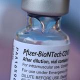 Isang vial ng Pfizer COVID-19 vaccine.