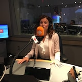 Valérie Renaud-Martin au micro en train de parler à la radio