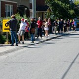 Electores canadienses hacen fila para votar en las elecciones federales.