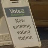 لافتة تشير إلى مكتب تصويت.