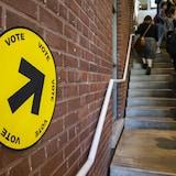 Des électeurs font la file pour voter.