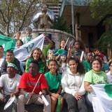 Une centaine de jeunes sont assis autour d'une fontaine et sont vêtus de vert et blanc, à Windsor.