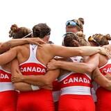 Los miembros del equipo de remo femenino de Canadá se abrazan tras su victoria.