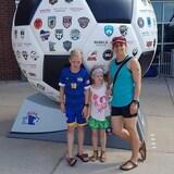 La famille pose devant un ballon géant.