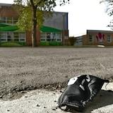 Un masque noir pour enfant est par terre dans la rue devant l'école élémentaire Monseigneur-de-Laval à Regina.