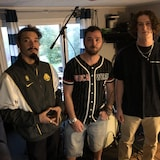 Nico See, Jérémie Travis et Samuel Rivard debout dans leur studio.