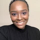 Jeune femme souriante sur fond neutre