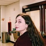Une jeune dans le couloir d'une école
