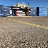 Un grand stationnement vide, avec un cinéma en arrière-plan.