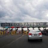 Fila d autos junto a la frontera con Estados Unidos.