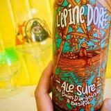 Une canette de bière aux couleurs orange , turquoise et blanche.