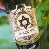 Une bouteille de bière de la microbrasserie Pit Caribou .