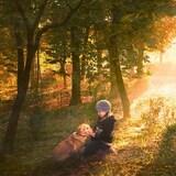 une enfant et son chien dans un sous-bois