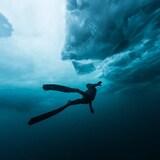 La plongeuse Magali Côté sous la glace.