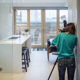 une femme prend une cuisine en photo