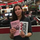 Cécile Revaux est dans une salle de nouvelles, et elle tient deux publications qui ont pour sujet, le logement.