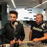 Philippe et André Thériault en studio à Radio-Canada Sudbury. Philippe a un paquet de cartes avec lui.