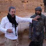 Le réalisateur donne des indications à des acteurs.