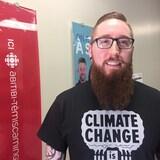 Jonathan St-Pierre pose dans les bureaux de Radio-Canada en Abitibi-Témiscamingue.