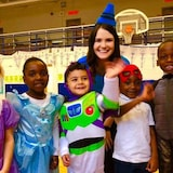 Jacqueline est dans un gymnase d'école avec cinq élèves de la maternelle, tous sont habillés en costumes d'Halloween