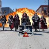 Huit personnes déguisées en Klingon marchent dans les rues du centre-ville de Timmins, devant une explosion.