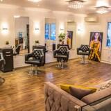 Vue de l'intérieur d'un salon de coiffure moderne.