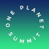 Logo du sommet les lettres blanches forment un cercle sur un fond dégradé du bleu au vert.