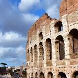 Vue d'une partie de la façade du Colisée de Rome.
