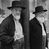 Deux hommes à barbe blanche dans la rue.