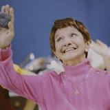 Rose Ouellet fait un salut dans <i>Bye bye 82</i>.