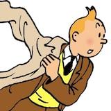 Le héros de bande dessinée Tintin enfile un manteau en courant.
