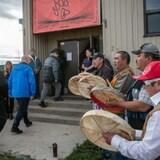 John Horgan (centre, manteau bleu) est accueilli dans l'ancien bâtiment du pensionnat autochtone de Lower Post.