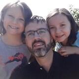 Yvon Brais prend un autoportrait entouré de ses deux filles