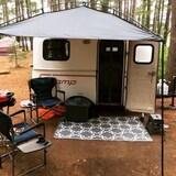 Une petite roulette avec des chaises de camping.