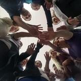 Les participants forment un cercle en se touchant les mains au centre.