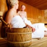 Deux personnes profitent d'un moment de détente dans un sauna finlandais.