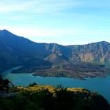 Un volcan au milieu d'un lac, à l'intérieur d'un autre volcan.