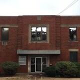 Vielle usine avec des fenêtres brisé à cause d'un few