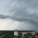 Un gros nuage gris menaçant, ciel pluvieux et orageux au-dessus de la ville de Regina