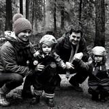 Marina Thibeault, son conjoint et leurs deux enfants dans un paysage forestier.