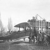 Photographie d'époque qui montre plusieurs curieux venus voir des avions en 1928.