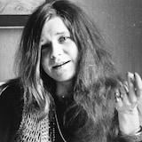 Janis Joplin dans un salon en 1969 en noir et blanc.