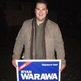 Ryan Warawa tient une affiche électorale qui porte son nom