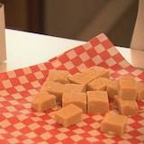 Des cubes de sucre à la crème sur un parchemin carotté.