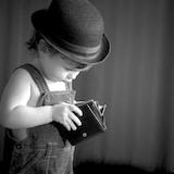 Petit garçon avec un porte-feuille vide.