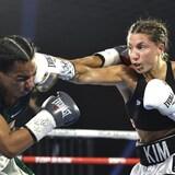 Une boxeuse atteint sa rivale d'un direct du droit