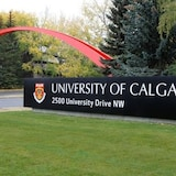 Le signe de l'entrée de l'Université de Calgary sur du gazon.