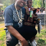 Éric Keunné pose avec son fils.