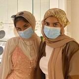 Les deux soeurs côte à côte dans une galerie de musée.