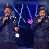 Ils sont déguisés en policiers moustachus.